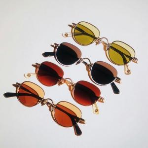 Sous l'arc-en-ciel des lunettes de soleil Rainbow Guru de Peter and May